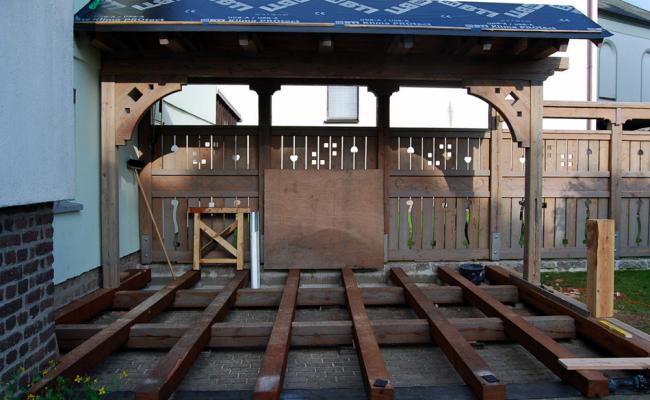 Zaun mit Tor aus Holz und Terrasse (im Aufbau)