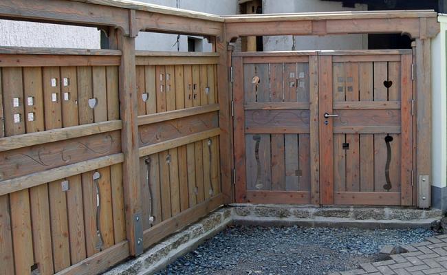 Gartenzaun mit Tor aus Holz