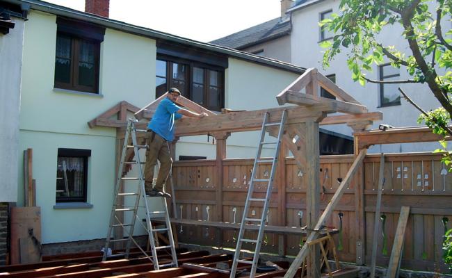 Gartenzaun mit Tor aus Holz mit Überdachung