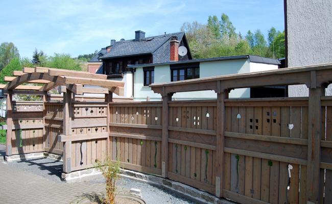 Zaunanlage mit Tor aus Holz und Terrasse (im Aufbau)